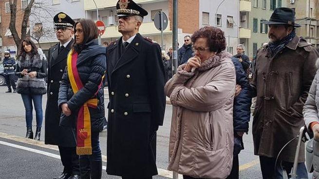 La madre di Otello Stefanini durante una commemorazione (foto Ansa)