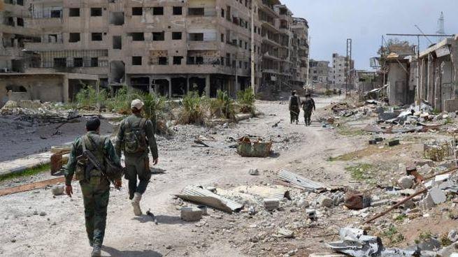 Soldati siriani in una delle città del Ghouta, ex roccaforte dei ribelli (Afp)