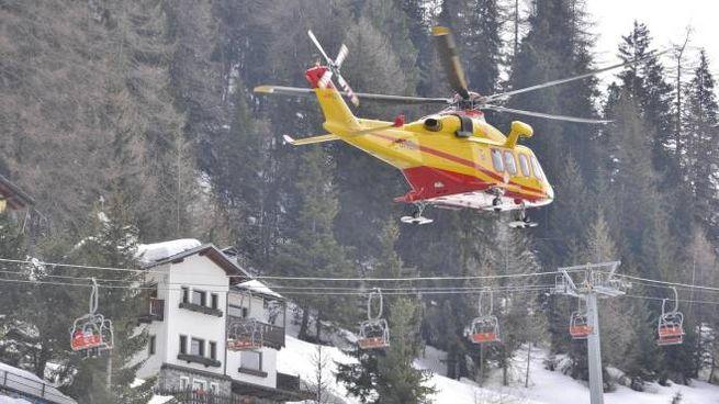 L'elicottero del soccorso alpino in azione dopo la valanga a Pila (Ansa)