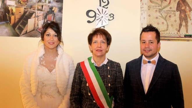 Il sindaco Rosalba Acquistapace tra gli sposini