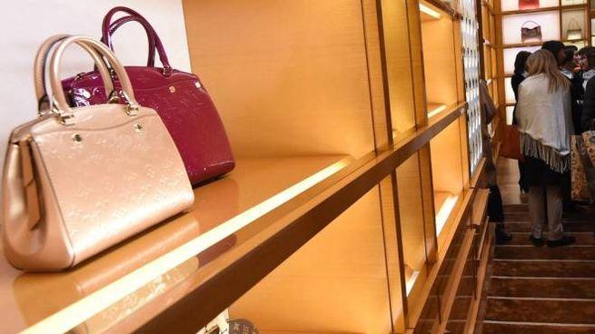 Negozi Borse Bologna.Bologna Rubano Borse Al Negozio Louis Vuitton Di Galleria Cavour