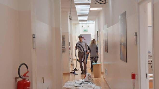 Docenti e personale al lavoro nell'istituto di via Riviera dopo il cedimento del controsoffitto