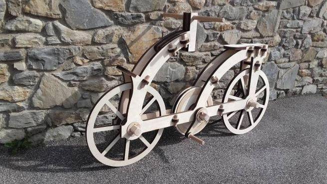 La bici di Leonardo in legno riciclato