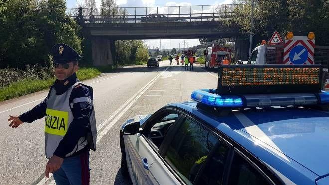 La polizia stradale sulla Ss 16 nei pressi del cavalcavia 'sotto accusa'