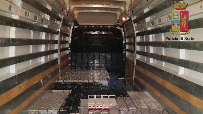 Le 83 batterie trovate dagli agenti della stradale di Modena Nord nel furgone