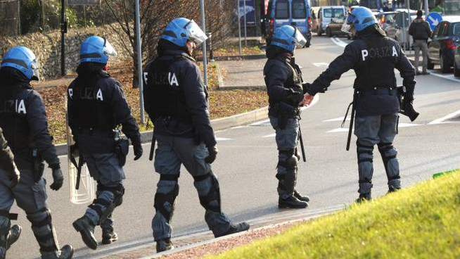 Polizia in tenuta anti-sommossa in una foto di archivio (Newpress)