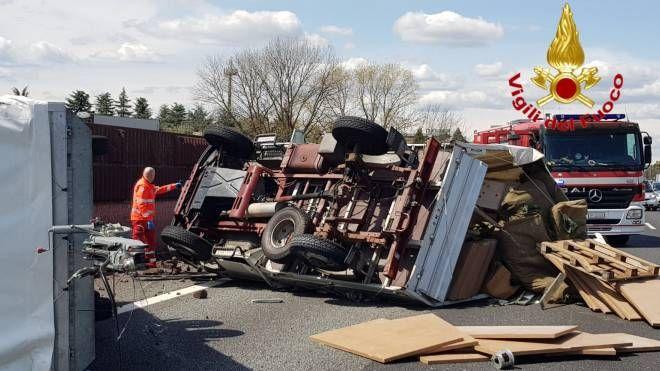 L'incidente in A8 (foto Vigili del Fuoco)