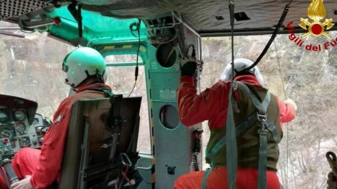 Un elicottero di Arezzo dei vigili del fuoco è intervenuto stamani nel monte Nerone per soccorrere escursionista