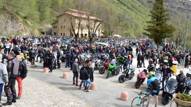 La carica dei motociclisti al santuario di Madonna dell'Ambro (foto Carassai)