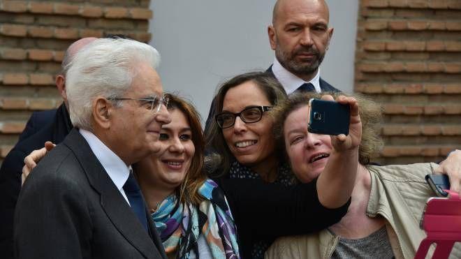 Un selfie con il Presidente sotto lo sguardo delle guardie del corpo