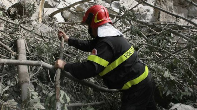 Un pompiere all'opera sul materiale sceso sabato all'altezza del Santuario di Gallivaggio
