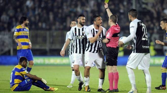 Ascoli-Parma, cartellino giallo (LaPresse)