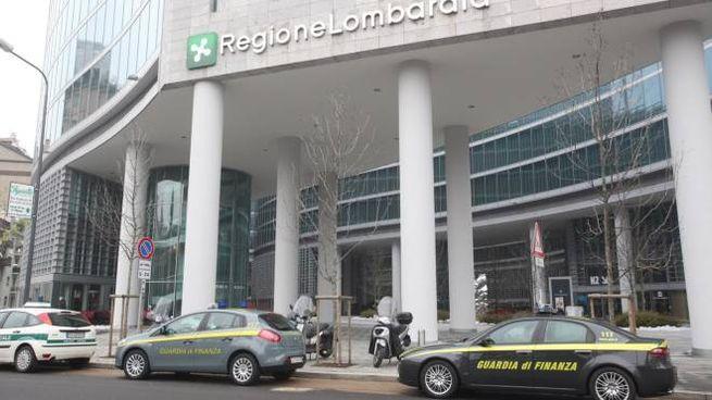 Guardia di finanza davanti al palazzo della Regione