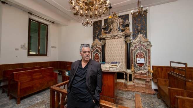 Il regista israeliano Amos Gitai all'interno della Sinagoga di via Mazzini (foto Marco Caselli Nirmal)