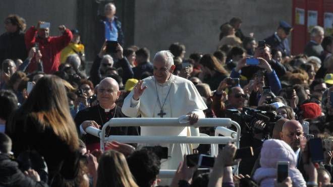 Papa Francesco ad Alessano, paese di don Tonino Bello (Ansa)