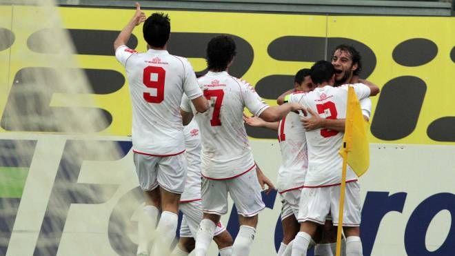 L'esultanza dei giocatori del Monza dopo il gol