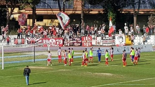 La Vis esulta coi tifosi dopo la vittoria di Francavilla
