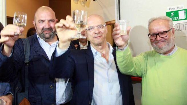 Donato Toma, al centro, festeggia la vittoria in Molise (Lapresse)