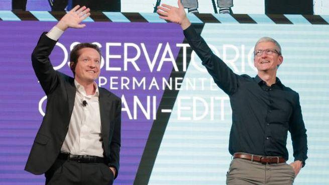Il presidente dell'Osservatorio Andrea Ceccherini (a sx) e il ceo di Apple Tim Cook