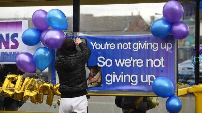 Manifestanti fuori dall'ospedale di Liverpool dove è ricoverato Alfie Evans (LaPresse)