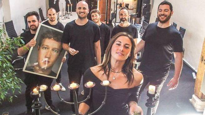 Il team dell'impresa tra cannabis legale, candelabri e ritratti