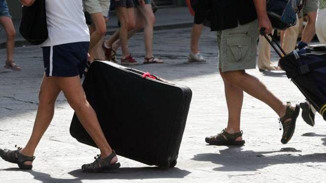 Turisti con le valigie (foto Germogli)