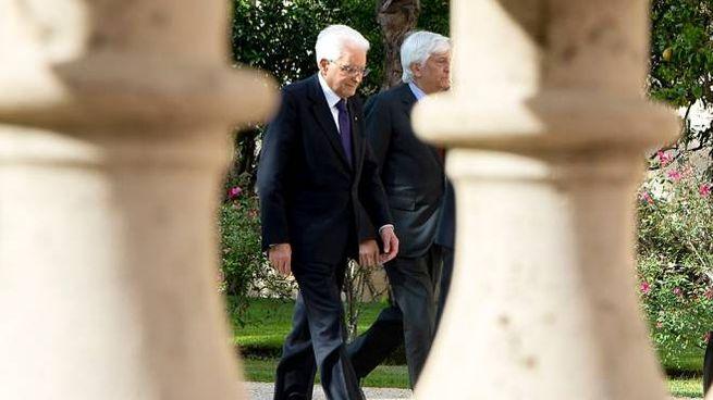 Il presidente Mattarella nei giardini del Quirinale (Lapresse)