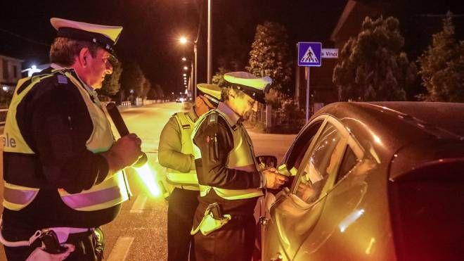 Agenti di polizia stradale con l'etilometro