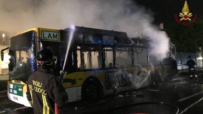 L'autobus distrutto dalle fiamme a Pisa