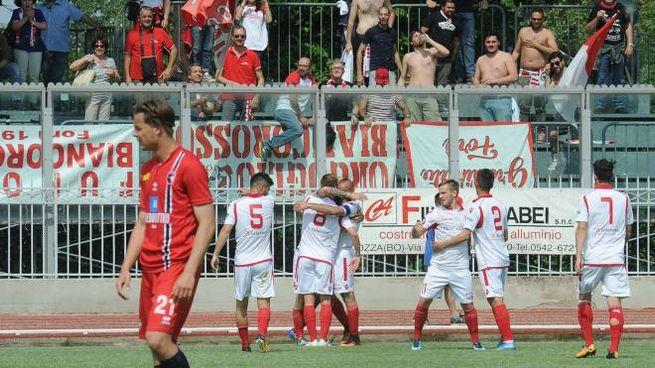 Esultanza biancorossa dopo il momentano 0-2 firmato da capitan Graziani (Isolapress)