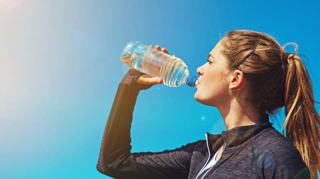 Consumare tanti liquidi è il segreto contro la ritenzione - foto peopleimages istock