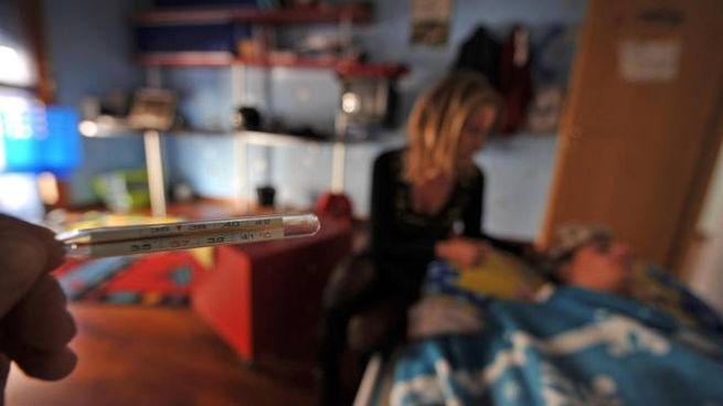 20091105-VIAREGGIO (LU)-INFLUENZA A: BAMBINI A LETTO CON FEBBRE. Un ragazzino a letto con la febbre alta.ANSA/FRANCO SILVI