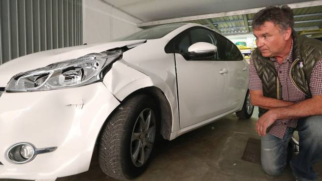 Il proprietario mostra la vettura danneggiata (foto Zani)