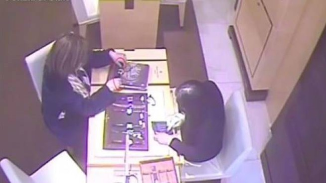 Un frame dal video di un furto in gioielleria