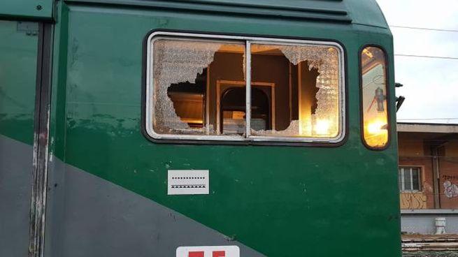 Lancio di sassi sulla linea Trenord che collega Milano e Brescia