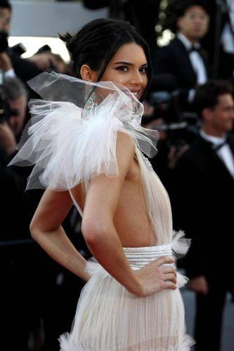 meet 56f1a ec840 Cannes 2018, Kendall Jenner esagera: sotto il vestito si ...