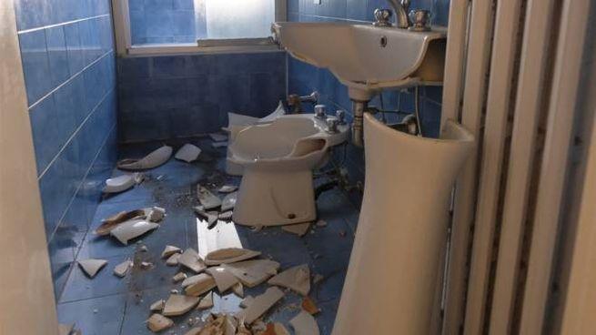 Un bagno distrutto in un alloggio sgomberato
