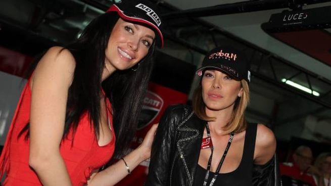Aida Yespica nel box Ducati con Manuela Raffaetà, moglie del pilota Marco Melandri (Isolap