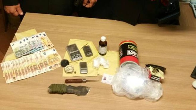 Il materiale sequestrato dai carabinieri della stazione di Cingoli