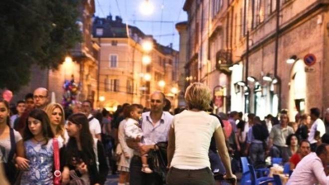 In centro musica, teatro, artisti di strada e negozi aperti fino a tarda ora