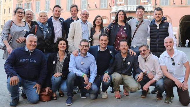 Foto di gruppo per i candidati della Lega che si sono presentati lunedì pomeriggio in piazza