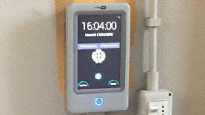 Lo strumento per leggere i badge che registrano l'arrivo e l'uscita dei vigili urbani