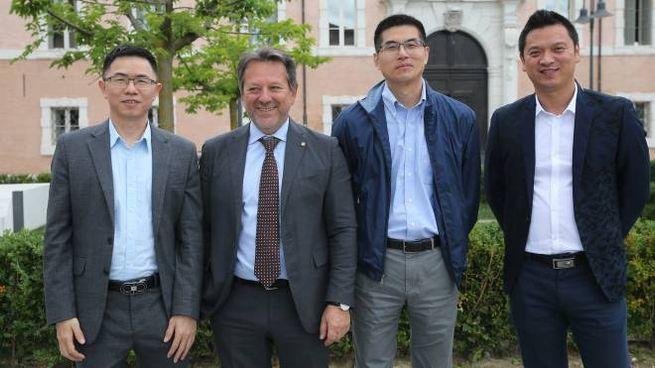 Stefano Schiavo con i soci cinesi in piazza Kennedy