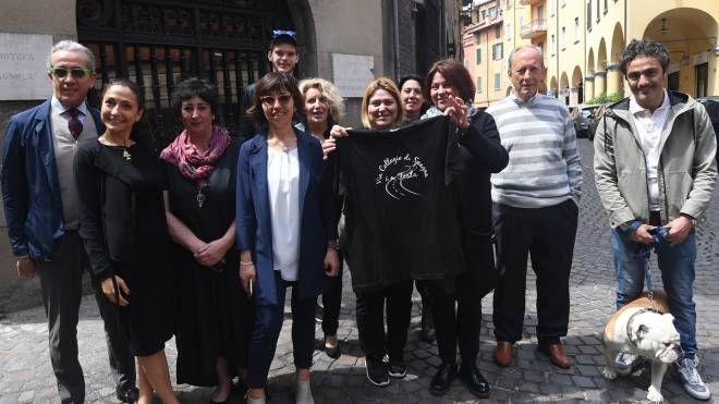 Il comitato organizzatore della festa, con la maglietta realizzata per l'occasione (Schicchi)
