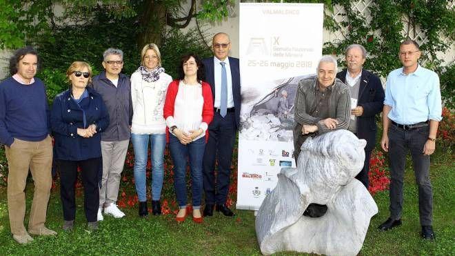 Appoggiato alla scultura, Davide Van De Sfroos