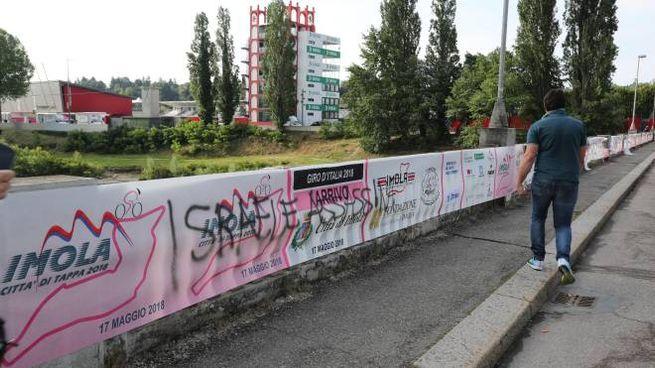 Una delle scritte contro Israele sul ponte di viale Dante (Isolapress)