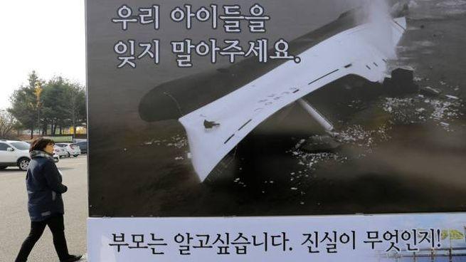 Una immagine del traghetto affondato esposta a Seul vicino al memoriale per le vittime (Ap/Lapresse)