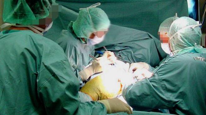 Un intervento chirurgico in una foto d'archivio