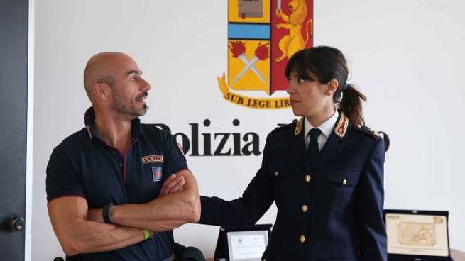 L'assistente capo Antonio Matrone con la dirigente del Commissariato Francesca Picierno