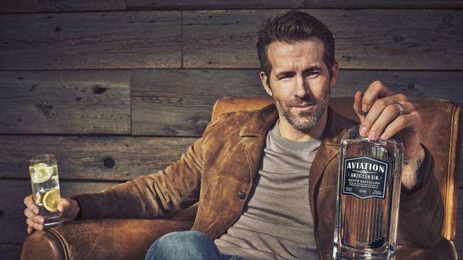 Ryan Reynolds con il suo gin - Foto: ufficio stampa/www.aviationgin.com
